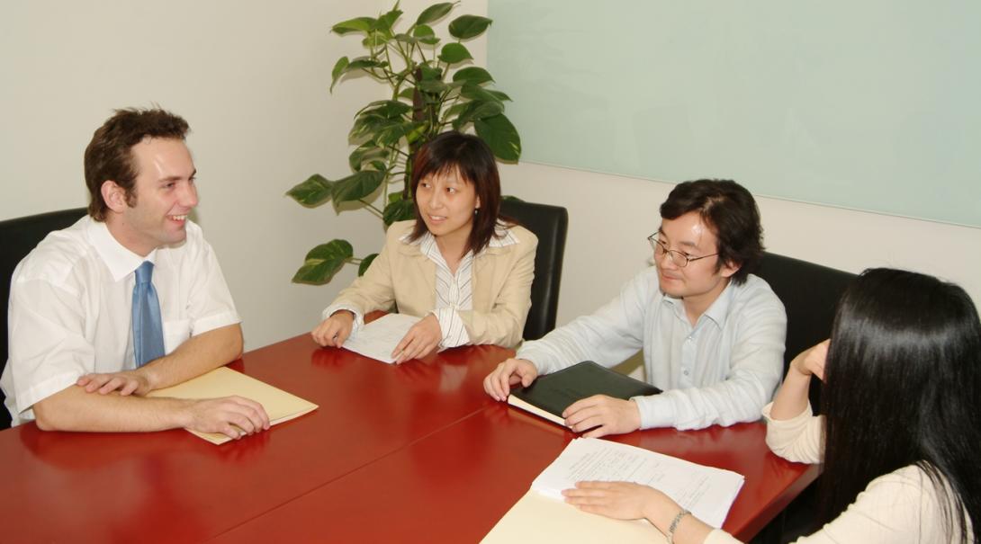 中国でミーティング中の法律インターンたち
